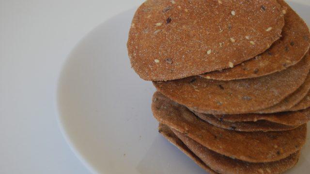 Crackers di farro con semi e erbe aromatiche