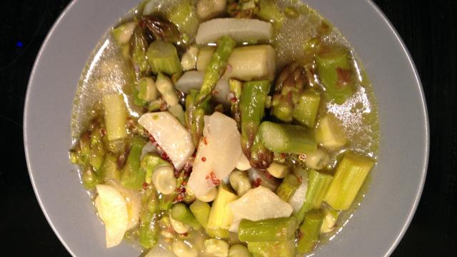 Minestra di asparagi, fave e daikon