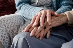 mani anziani-2